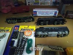 Lot #77 Ho Scale Train Set 3 Moteurs, 45track, 6 Voitures, Power Pack & Plus