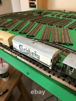 Train Vintage De Marklin Ho Réglé Avec La Voie, La Locomotive, Les Voitures, Le Passage À Niveau Et Le Transformateur